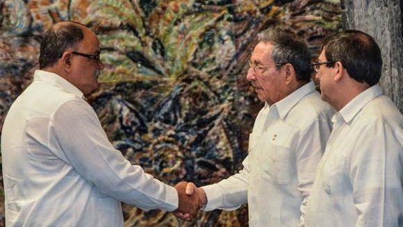 Raúl Castro intercambia con los diplomáticos