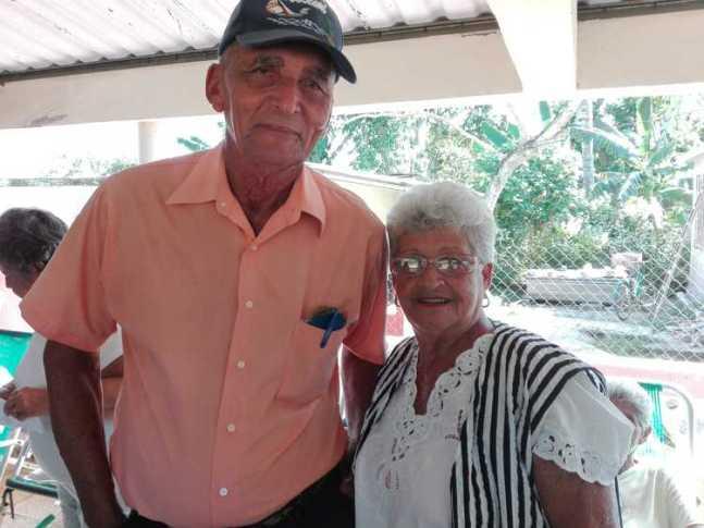 Enma de la Caridad junto a su esposo en la casa de abuelos.